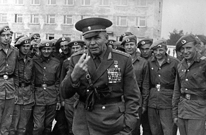 Маргелов пользовался авторитетом в любых боевых братствах./Фото: pbs.twimg.com
